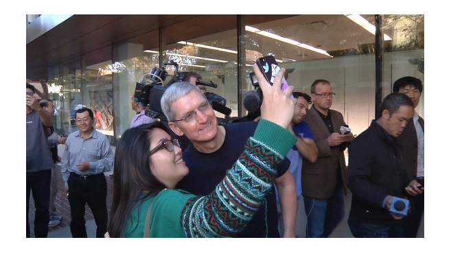 Tim Cook con iPhone 6 selfie